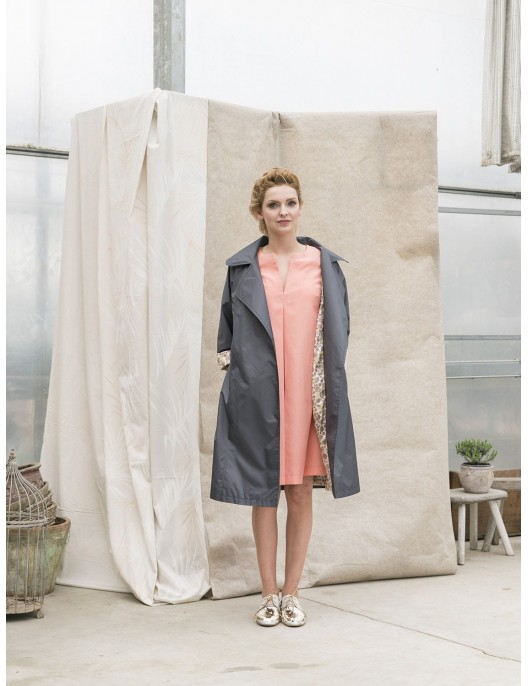 Szary płaszcz przeciwdeszczowy