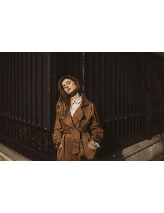 Długi brązowy płaszcz...